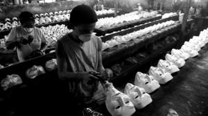 Ouvriers anonymes au Brésil fabriquant des masques de Guy Fawkes